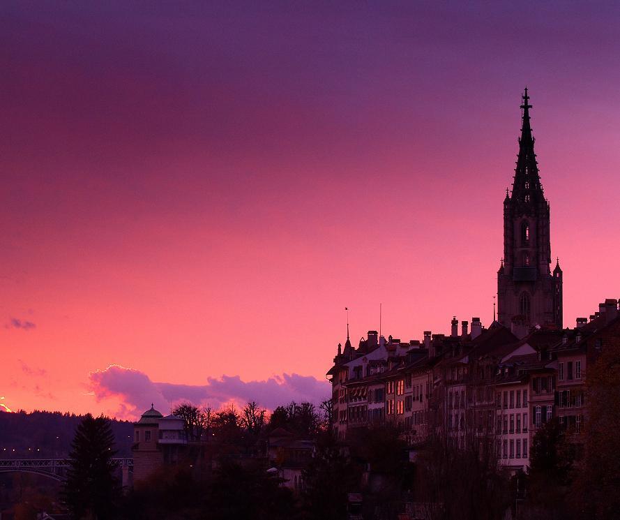Słońce zachodzi nad zabytkową częścią Berna - Bern Tourismus