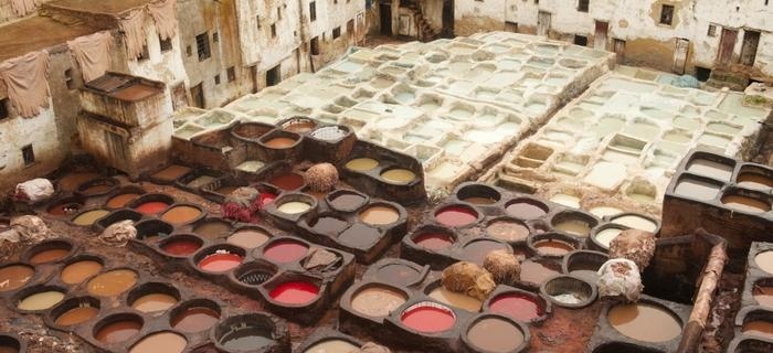 Naczynia używane do farbowania tkanin w Fezie