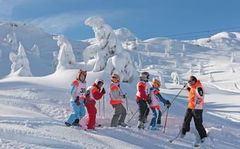 Zasady zachowania się na stoku warto przyswoić sobie już na początku przygody z nartami