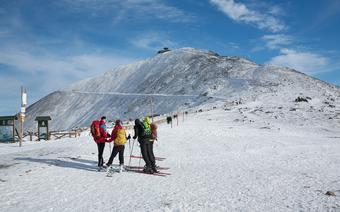 Karokonosze, narciarze ze szczytem Śnieżki w tle