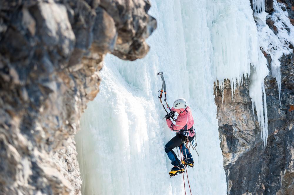 Raki i czekany są potrzebne do wspinaczki lodowej